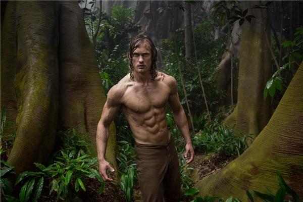 """9. The Legend of Tarzan - 352,7 triệu USD*: Chỉ được đánh giá ở mức trung bình, nhưng cuộc trở lại của """"chàng hoàng tử rừng xanh"""" trên màn bạc vẫn gây ra ít nhiều tò mò cho công chúng. Dẫu thành tích phòng vé là tương đối khả quan, hãng Warner Bros. chưa chắc có thể biến đây thành thương hiệu điện ảnh mới hay không, bởi chỉ riêng kinh phí sản xuất cho The Legend of Tarzan đã lên tới gần 200 triệu USD. (Ảnh: Warner Bros.)"""