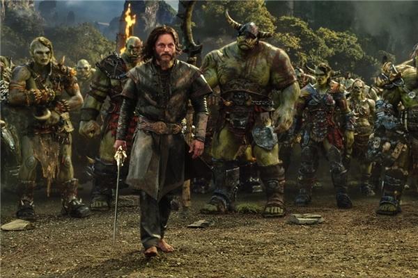 """6. Warcraft - 433,5 triệu USD: Có kinh phí sản xuất lên tới 160 triệu USD, nhưng bom tấn dựa trên trò chơi chỉ thu chưa đầy 50 triệu USD tại quê nhà Bắc Mỹ. May mắn thay, các thị trường quốc tế, đặc biệt là Trung Quốc, đã kịp thời """"giải cứu"""" Warcraft, giúp tác phẩm đến giờ thu tổng cộng hơn 430 triệu USD. Các nhà sản xuất tiết lộ họ đang lên kế hoạch thực hiện phần hai nhằm chiều lòng cộng đồng người hâm mộ. (Ảnh: Universal)"""
