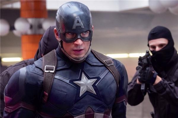 1. Captain America: Civil War - 1,152 tỷ USD: Lĩnh trách nhiệm mở màn phòng vé mùa hè, bom tấn siêu anh hùng cũng chiếm giữ luôn vị trí số một kể từ đó tới nay. Đây là tác phẩm điện ảnh duy nhất vượt mức doanh thu 1 tỷ USD trong mùa hè 2016, xoay quanh cuộc đối đầu giữa Captain America và Iron Man khi đạo luật kiểm soát siêu nhân được các quốc gia thông qua. Do có sự xuất hiện của rất nhiều các nhân vật siêu anh hùng, phim từng được gọi vui là Avengers 2.5. Thắng lợi là bàn đạp quan trọng để Marvel Studios cùng Disney tiếp tục trình làng Doctor Strange vào tháng 11 tới đây. (Ảnh: Disney)