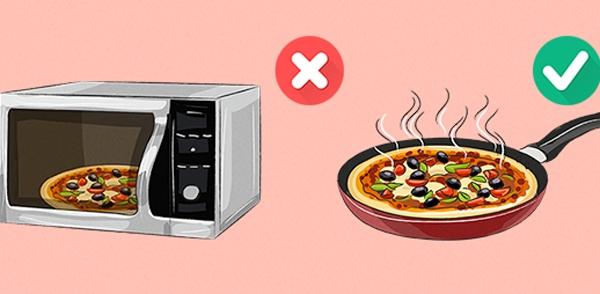 Pizza sau khi mua về chưa kịp ăn sẽ mau nguội, gây ngánvà khó ăn. Chính vì vậy mà nhiều người đã sử dụng lò vi sóng để hâm nóng bánh, tuy nhiên đây là một phương pháp sai vì pizza sẽ trở nên daivà không được giòn. Để bánh được giòn tan đúng chất, bạn nên để chúng lên chảo và hâm lại.