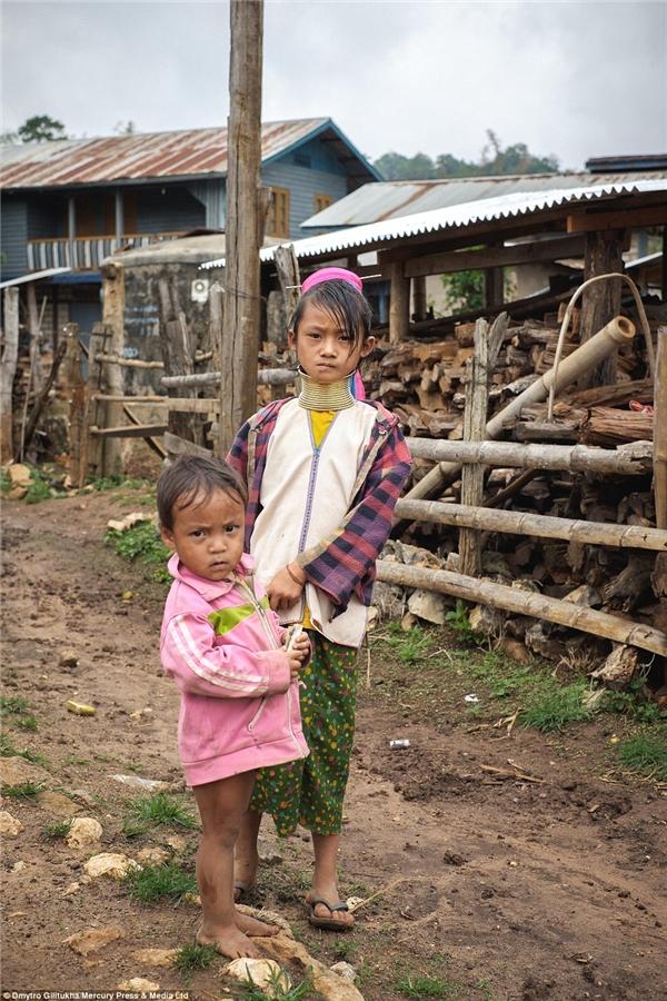 Đến khoảng 20 tuổi, mộtngười phụ nữ Kayan sẽ mang ít nhất khoảng 23 vòng cổ bằng đồng...