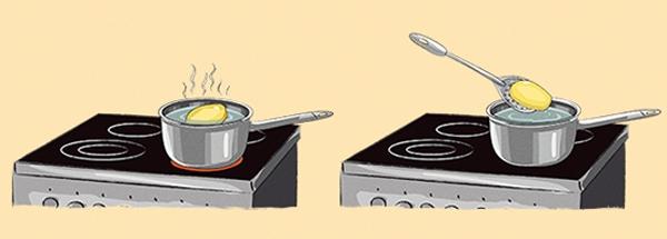 """Trong lúc nấu ăn, nhiều người lỡ tay cho """"quá trớn"""" muối vào nồi.Đừng quá lo lắng mà hãy nhanh tay gọt nửa củ khoai tây bỏ vào nồi nước, khoai tây sẽcó tác dụng hút bớt gia vị khiến cho món ăn của bạn trở nên vừa miệng hơn."""