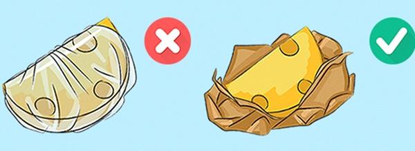 Để phômai được bảo quản lâu hơn, bạn nên gói chúng lại trong giấy sau đó cất vào ngăn mát tủ lạnh.