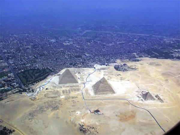 Nhầm to rồi nhé, Kim tự tháp nằm rất gần thành phố Giza đấy. (Ảnh: BuzzFeed)