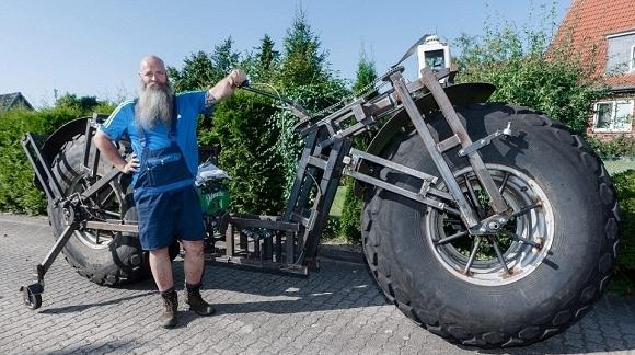 Frank Dose bên chiếc xe đạp khổng lồ của mình. (Ảnh: internet)