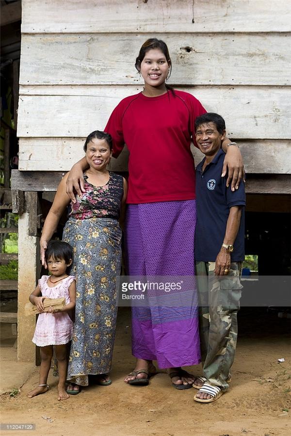 Cô chỉ sống quanh quẩn bên gia đình và giúp đỡ họ công việc nhà.