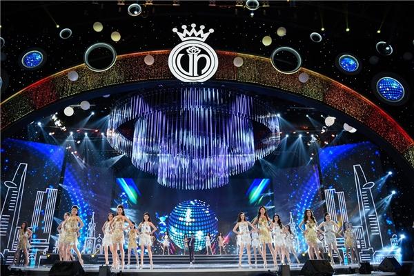 Sân khấu đêm chung kết cuộc thi Hoa hậu Việt Nam được thiết kế sang trọng như một nhà hát.