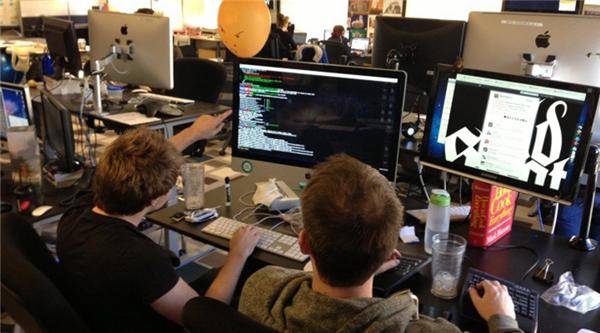Chuyên viên phát triển phần mềm là những bộ óc siêu sáng tạo đằng sau các chương trình máy tính. Một số phát triển các chương trình ứng dụng cho phép người dùng thực hiện những thao tác phức tạp trên mộtchiếc máy tính hoặc các thiết bị công nghệ khác trong khi các chuyên viên khác phát triển hệ thống cơ bản để chạy các thiết bị và điều khiển kết nối.