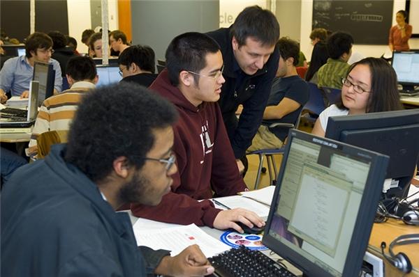 Nhà khoa học nghiên cứu thông tin và máy tính sẽ phát minh và thiết kế các phương pháp tiếp cận công nghệ máy tính và tìm ra những cách sử dụng mới cho ngànhcông nghiệp tân thời. Họ nghiên cứu và giải quyết các vấn đề phức tạp cho việc tính toán trong kinh doanh, y học, khoa học và nhiều lĩnh vực khác.