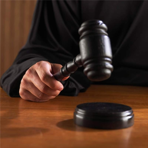 Thẩm phán hoặc quan tòa sẽ phân xử, xét xử và chủ trì các phiên tòa.Họ có thể tuyên án các bị cáo trong vụ án hình sự theo quy chế của luật pháphoặccó thể xác định nghĩa vụ pháp lícủa bị đơn trong vụ án dân sự.