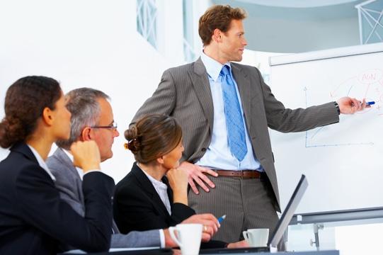 Quản lí bán hàng sẽ trực tiếp quản lí đội ngũ bán hàng của tổ chức. Họ đặt ra các chỉ tiêu bán hàng, phân tích dữ liệu và phát triển chương trình đào tạo cho các đại diện bán hàng.