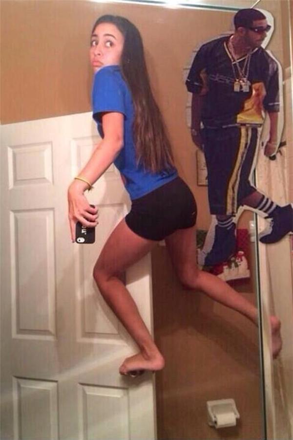 Thánh selfie có tâm nhất mọi thời đại. Hi vọng cánh cửa nó đứng yên một chỗ.