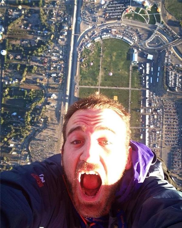 Selfie phong cách... đikhám răng khi đang lơ lửng trên không trung