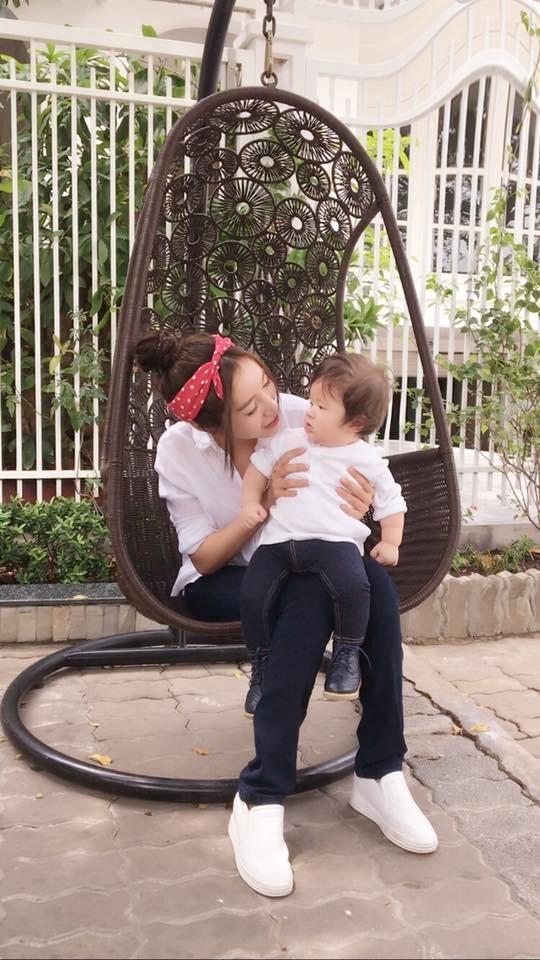 Bên cạnh việc hoạt động nghệ thuật, Elly Trần luôn dành thời gian rảnh rỗi để chăm sóc, vui chơi bên hai thiên thần nhỏ. - Tin sao Viet - Tin tuc sao Viet - Scandal sao Viet - Tin tuc cua Sao - Tin cua Sao