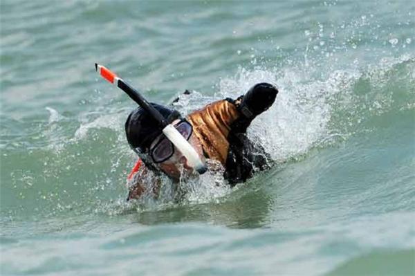 Khâm phục người đàn ông khuyết tật một mình chinh phục eo biển Manche