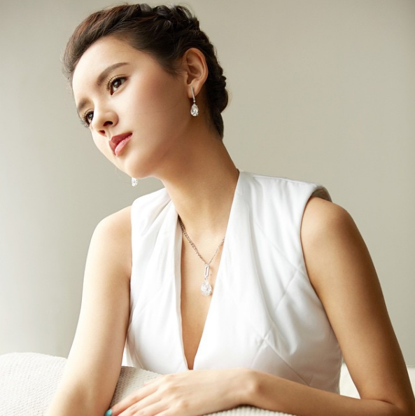 Cô là bạn gái cũ của Vương Tư Thông - con trai tài phiệtgiàu có nhất Trung Quốc.