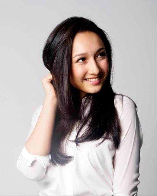 Anna Trương có một vẻ đẹp lai ấn tượng và một nụ cười rạng rỡ.