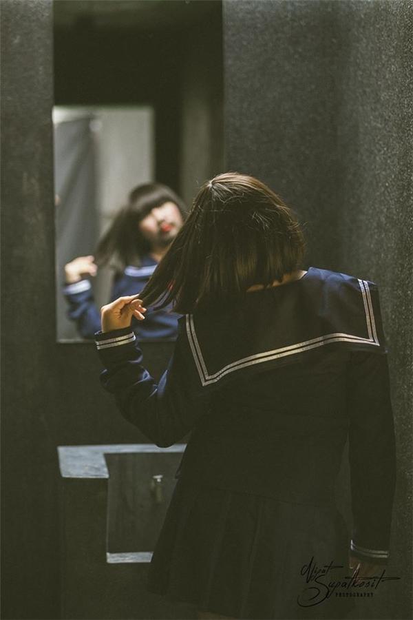 Ngày xưa chỉ thích ra đường, bây giờ chỉ đứng trước gương khóc thầm.