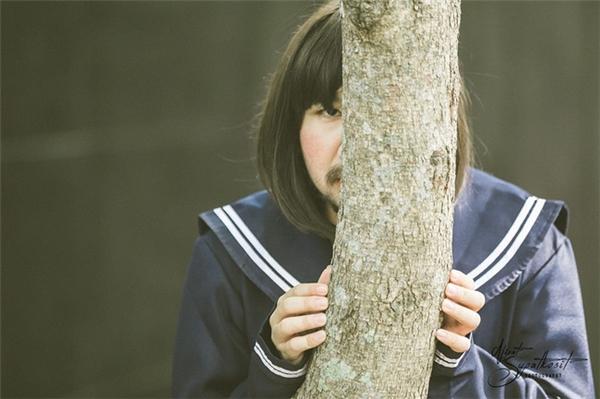 Muốn mặt bé, cứ nấp sau cái cây là đủ.