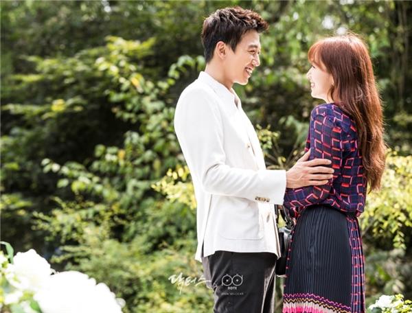 """""""'Em đừng có di chuyển, hãy để tôi bước đến bên em! Phải để người biết tình yêu là gì chủ động chứ! Đừng có di chuyển đấy, cho đến khi người không biết tình yêu là gì cũng biết được, nhất định đừng di chuyển!"""" – đây chỉ là một trong vô vàn những câu nói """"sến chảy nước"""" của thầy giáo Hong Ji Hong trong Doctors."""