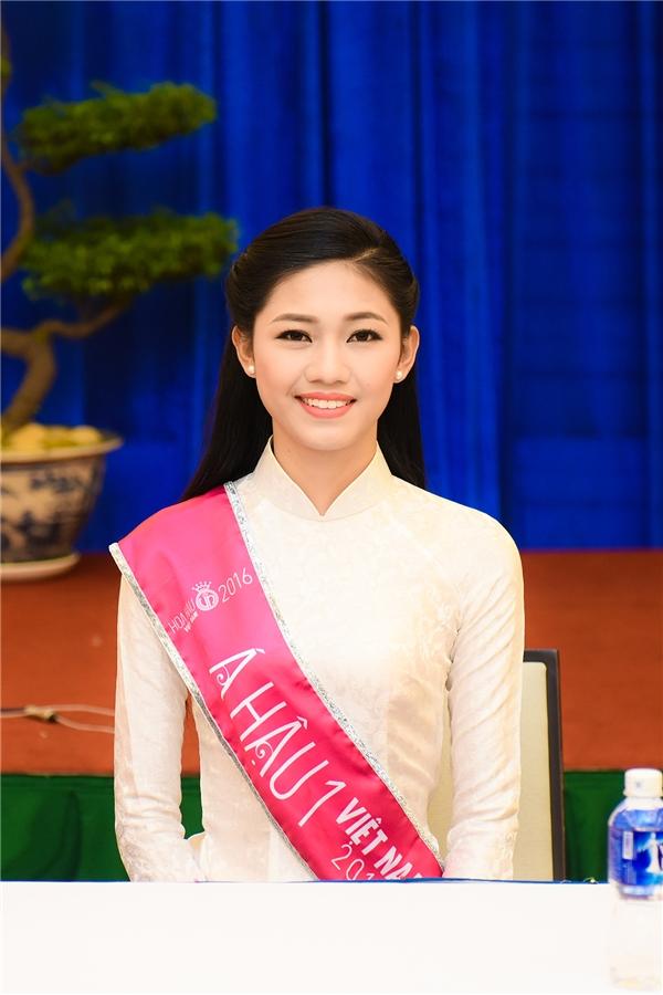 Hoa hậu Mỹ Linh và 2 Á hậu thướt tha với áo dài trắng