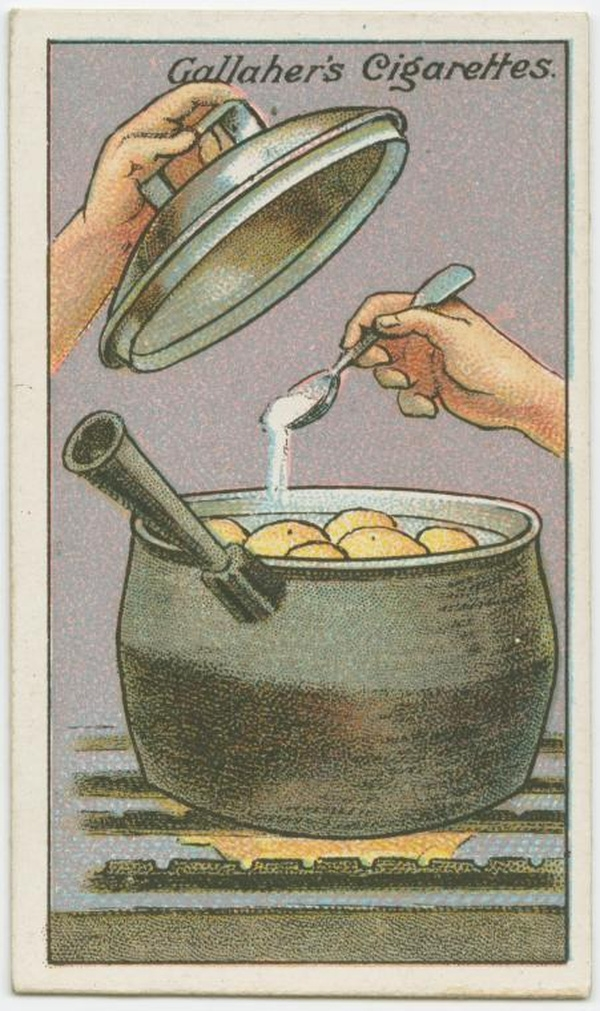 Để khoai tây chín đều hơn, bạn cho thêm một ít đường và muối vào nồi khi nước sôi. Muốn khoai tây mau khô, ráo nước, sau khi luộc, bạn có thể đảo sơ khoai trên chảo nóng. Lưu ý là phải đảo đều tay nhé. (Ảnh: twistedsifter)