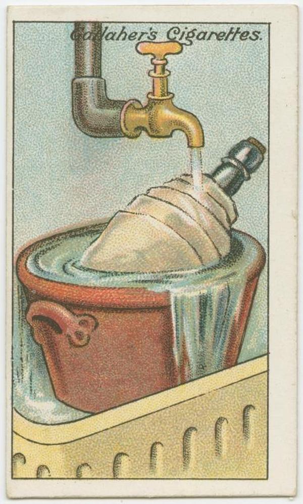 Bạn muốn ướp lạnh rượu nhưng nhà bỗng dưng mất điện? Đơn giản thôi, bạn dùng mảnh vải nỉ bọc ngoài chai rượu, đặt chai trong vật chứa bằng sành sau đó xả nước mát, lạnh trực tiếp lên chai như hình. Chỉ sau khoảng 10 phút, chai rượu sẽ mát lạnh ngay. (Ảnh: twistedsifter)