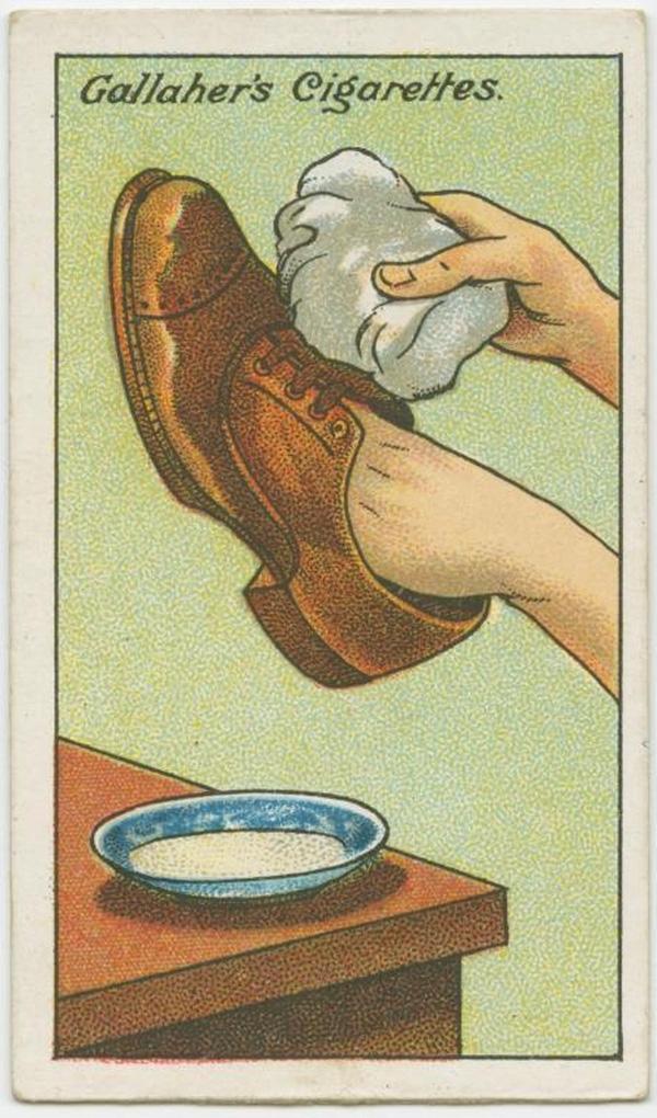 Giày bị dơ, bạn pha 2 một ít soda với 2 muỗng sữa nóng, sau đó dùng vải sạch thấm dung dịch rồi chà nhẹ lên giày. Vết bẩn sẽ biến mất nhanh chóng. (Ảnh: twistedsifter)