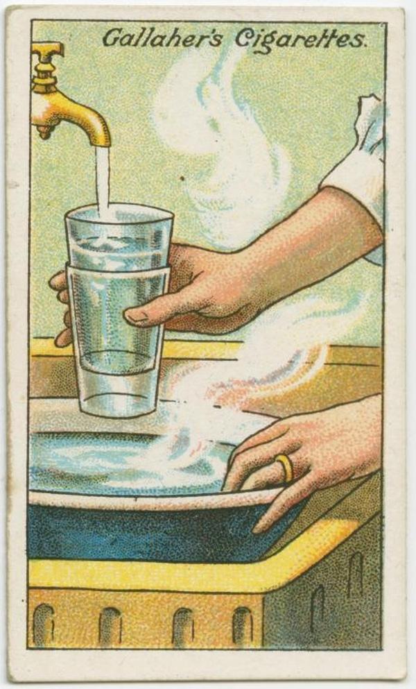Khi 2 chiếc cốc bị dính vào nhau, bạn càng cố gỡ ra, nguy cơ cốc vỡ sẽ rất cao. Thế nên bạn hãy đổ nước lạnh vào cốc trên, đồng thời ngâm cốc dưới trong thau nước ấm. Hai chiếc cốc sẽ tự động tách ra. (Ảnh: twistedsifter)