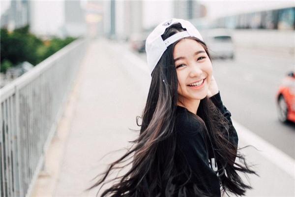 Không nhất thiết món phụ kiện đó phải đắt tiền. Nó có thể là một chiếc nón hip hop nếu bạn là người cá tính hoặc một chiếc khăn turban nếu bạn yêu thích sự dịu dàng.
