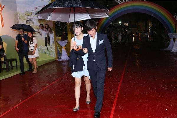 """Hai vợ chồng Lý Hải""""đội mưa"""" đi xem phim. Bà xã Minh Hà tình tứ khoác tay chồng. - Tin sao Viet - Tin tuc sao Viet - Scandal sao Viet - Tin tuc cua Sao - Tin cua Sao"""