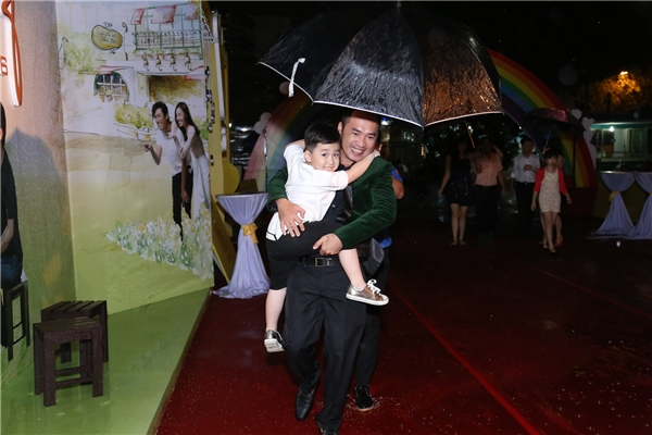 Tiến Luật cùng con trai đến ủng hộ phim của bà xã - nữ diễn viênThu Trang. - Tin sao Viet - Tin tuc sao Viet - Scandal sao Viet - Tin tuc cua Sao - Tin cua Sao