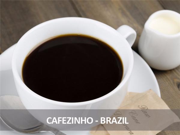 Đây là loại đồ uống rất phổ biến ở Brazil, hơi giống với espresso nhưng ly nhỏ hơn và mạnh hơn. Điểm khác biệt thứ hai là hạt cà phê được ủ với đường nên khi pha chế không cần thêm đường.
