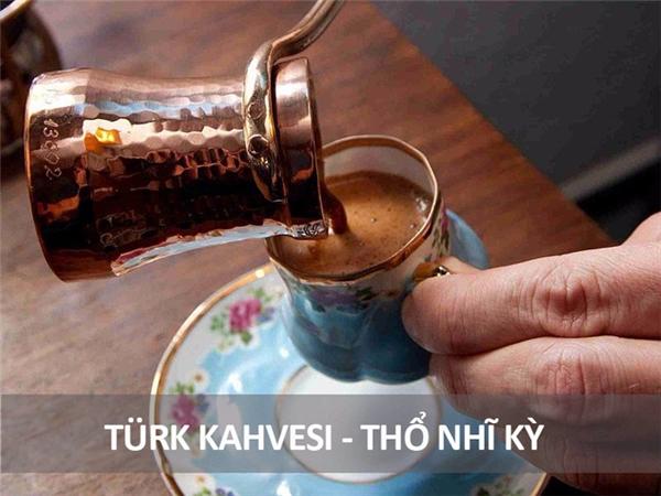 Ở Thổ Nhĩ Kỳ, hạt cà phê được rang và xay mịn, sau đó được đun chín trong một chiếc ấm đồng chuyên dụng có tên cezve. Khi cà phê chín, họ sẽ đổ ra ly rồi thưởng thức. Phần bã cà phê sẽ chìm xuống đáy hoặc hòa lẫn vào nước cà phê, có nghĩa bạn sẽ uống cà phê lẫn với bã.