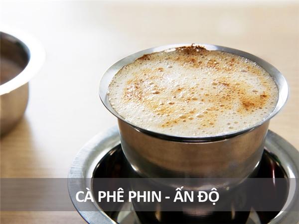 Còn có tên là kaapi, loại cà phê phin này gồm bọt sữa và bột cà phê được đun trong một chiếcphin kim loại truyền thống của người Ấn Độ. Khi uống, cà phê được rót vào một loại cốc bằng thép không gỉ để giúp cà phê mau nguội.