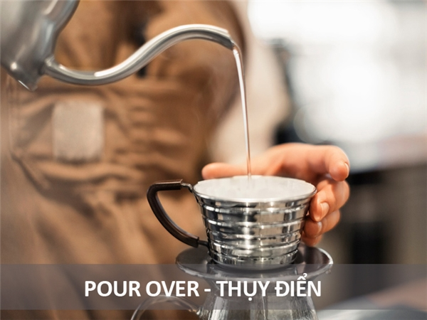 Người Thụy Điển không những uống cà phê rất mạnh mà còn uống theo giờ giấc nhất định, vào khoảng 9 giờ sáng và 3 giờ chiều. Họ cũng thường ăn kèm với bánh ngọt.