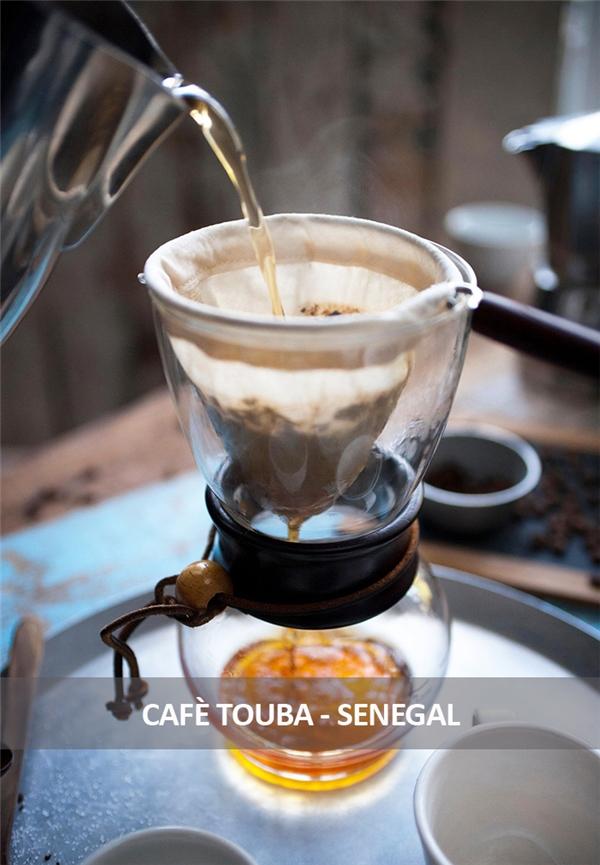 Người Senegal thường trộn hạt cà phê với một loạt hạt tiêu cay ở Guinea và đinh hương để rang cho thơm, sau đó giã nhỏ rồi nấu chín. Cà phê sau đó được lọc bỏ xác và rót vào ly từ trên cao xuống.