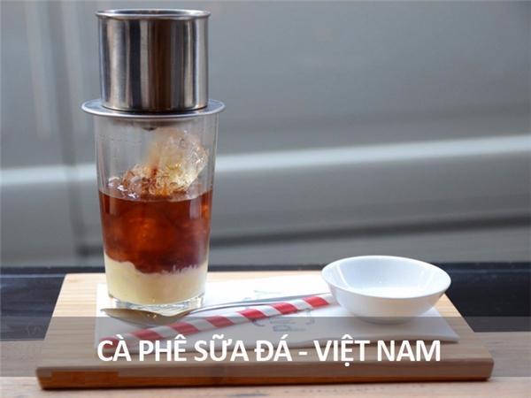 Đây là ly cà phê rất quen thuộc với người dân Việt Nam, đặc biệt ở các thành phố lớn. Thành phần chính của nó là cà phê đen pha phin với sữa đặc và đá.