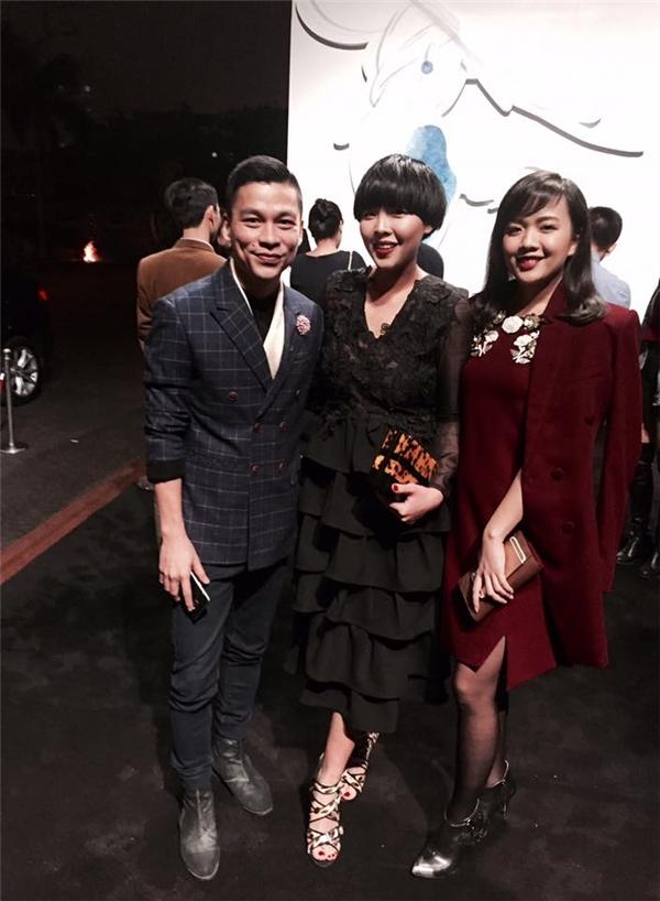 NTK Giao Linh (ngoài cùng bên phải) xuất hiện trong một show diễn thời trang đình đám cùng NTK Adrian Anh Tuấn. - Tin sao Viet - Tin tuc sao Viet - Scandal sao Viet - Tin tuc cua Sao - Tin cua Sao