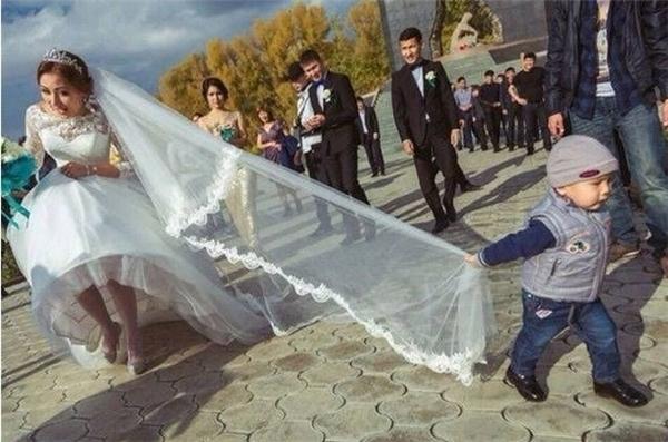 Em sẽ giúp chị có bứcảnh theo concept khăn đội đầu tung bay trong gió thật đẹp.
