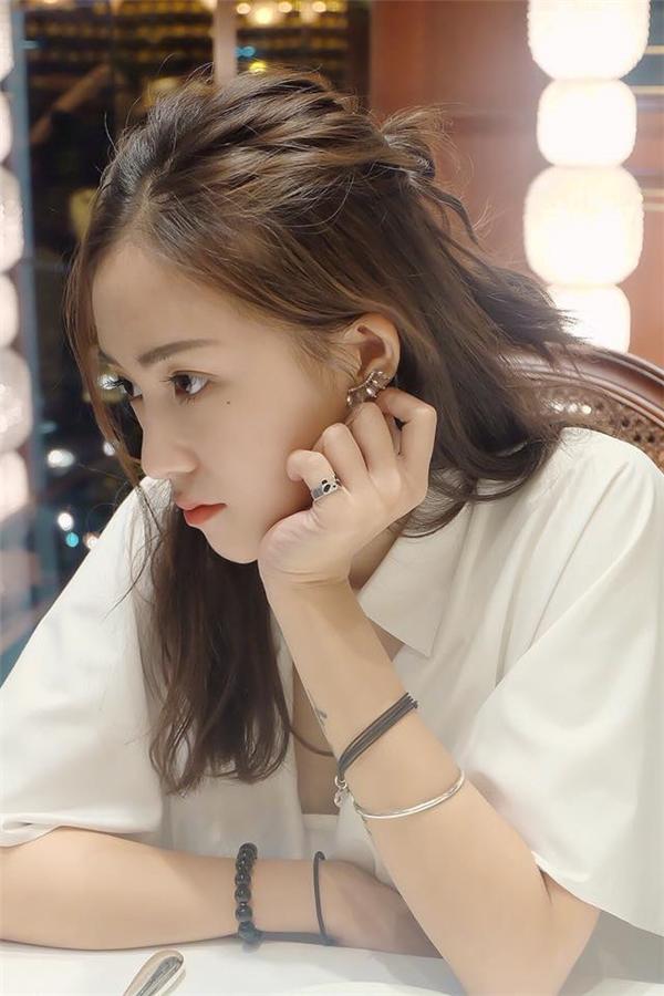 Hotgirl Sa Lim cá tính và nổi bật nhờ đôi khuyên dáng vòm dài nhỏ xinh.