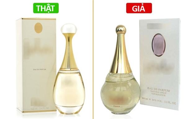 Dù có giống đến đâu về hương thơm và hình dáng thì những chai nước hoa hàng giả luôn phải có sự khác biệt nào đó về hình dáng của nó. Đó là do những người làm hàng giả cố tình sản xuất hàng của họ khác đi đôi chút để tránh bị kiện. Chính vì thế, trước khi đi mua nước hoa, bạn nên ngắm nghía thật kỹ một chai nước hoa thật để có thể nhận ra sự khác biệt.