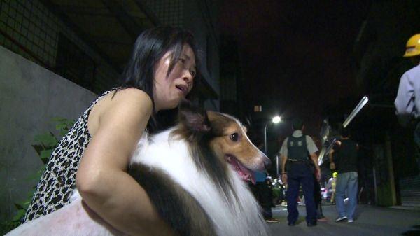 Cô Ngô ôm chầm Nunu vào lòng vì chú chó thông minh vừa cứu mạng cả gia đình cô.