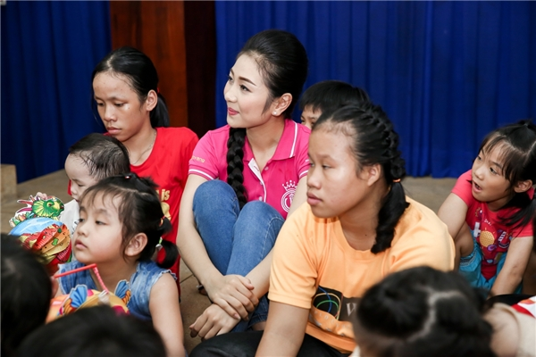 Bên cạnh 3 ngôi vị cao nhất, các thí sinh trong top 10 Hoa hậu Việt Nam 2016 cũng tham gia chuyến đi này. Các cô gái đã có những giờ phút vui đùa thoải mái cùng các em nhỏ trong dịp Tết trung thu đang đến gần.