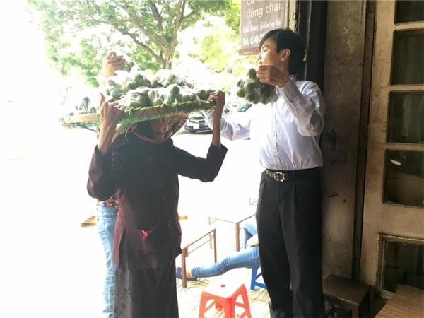 Cụ bà rong ruổi khắp phố phường Hà Nội để bán chanh. (Ảnh: FB)