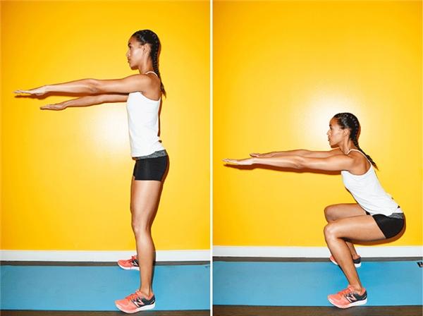 Bạn thực hiện động tác squat với 2 tay song song đưa thẳng về phía trước.