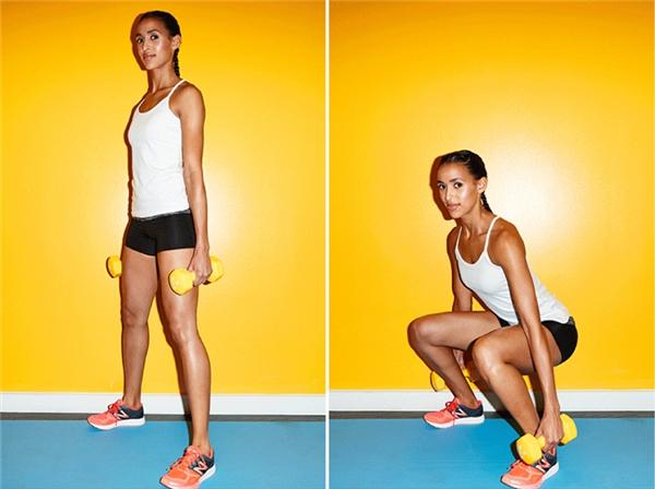 Bạn squat kết hợp với hai chiếc tạ tay.