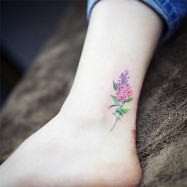 Một bông hoa nhỏ gần vị trí gót chân tạo cho bạn gái vẻ quyến rũ khó cưỡng.