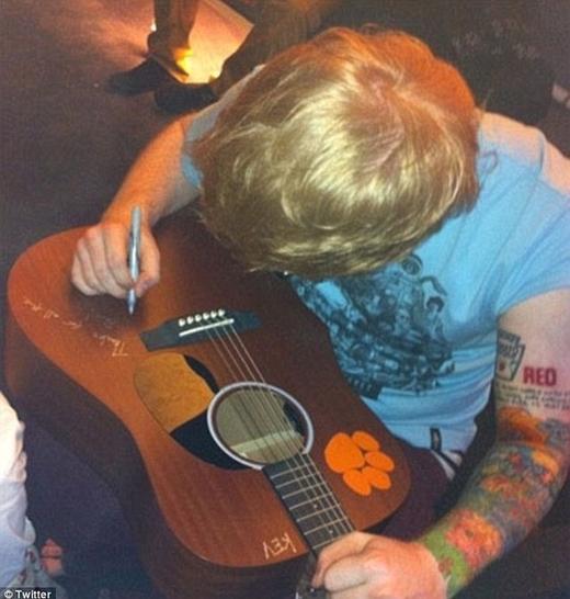 Trên tay của Ed có xăm chữ Red, lấy cảm hứng từ album của Taylor.
