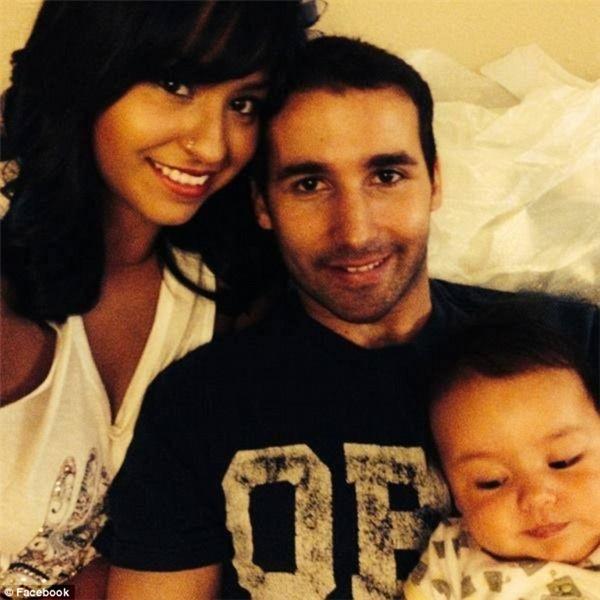 Isaiah chụp cùng bố Nathan và mẹ Nancy